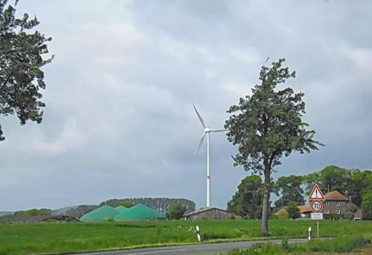 Moderne Biogas-Anlage vor Bielefelds erstem Windrad (ca. 15 Jahren alt) am Nagelsholz